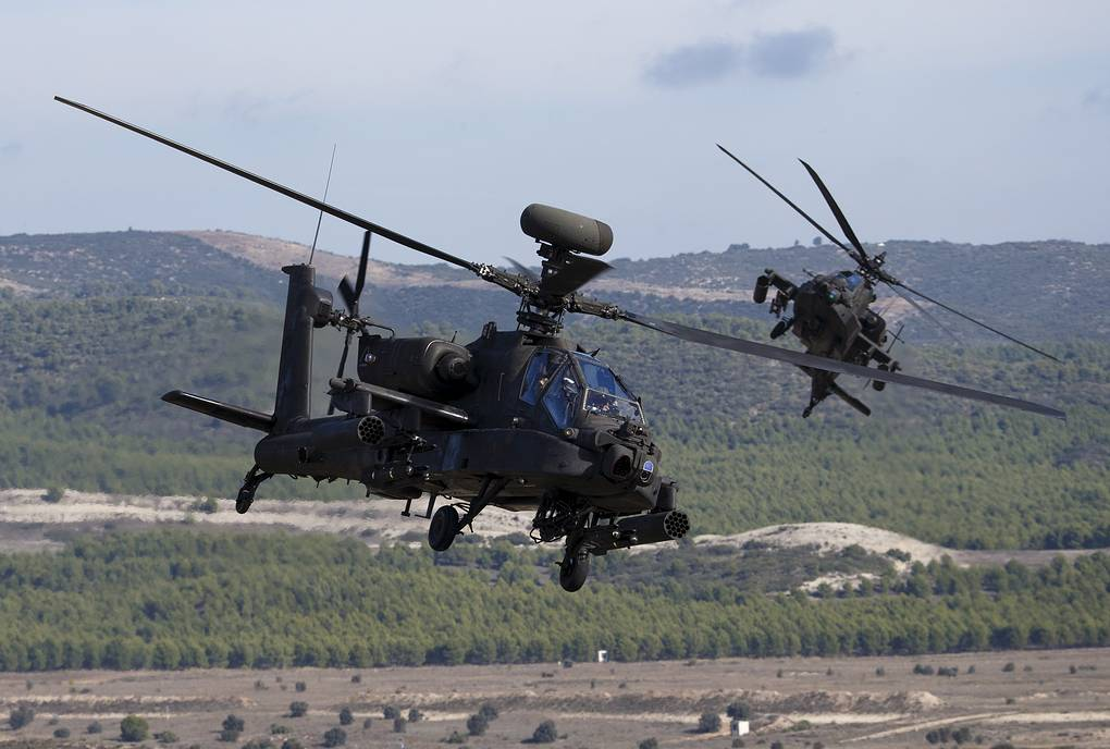 Вертолеты AH-64 Apache REUTERS/Paul Hanna
